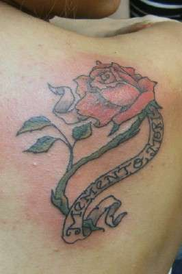 Tatuaje de rosa y frase memento mori for Frases de memento